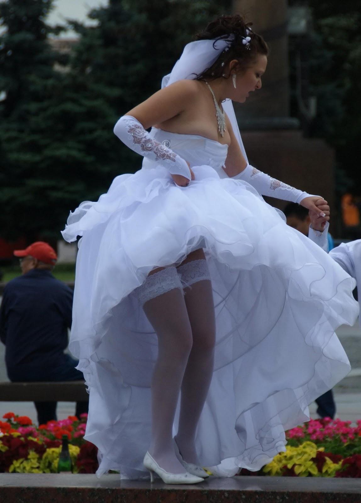 Невеста в белых чулках засветила под платьем кружевные трусики