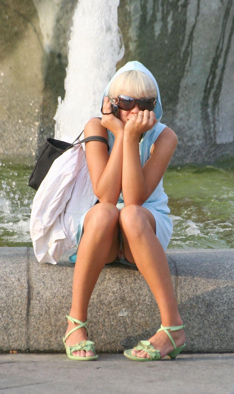 Блондинка засветила под юбкой трусики с месячными