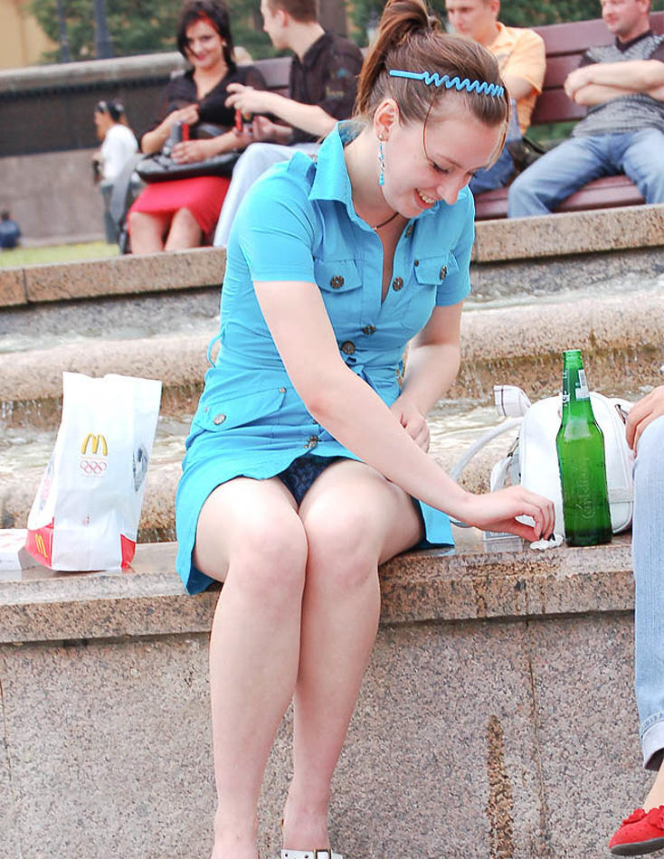 Девушка в голубом платье-рубашке засветила трусики с узором