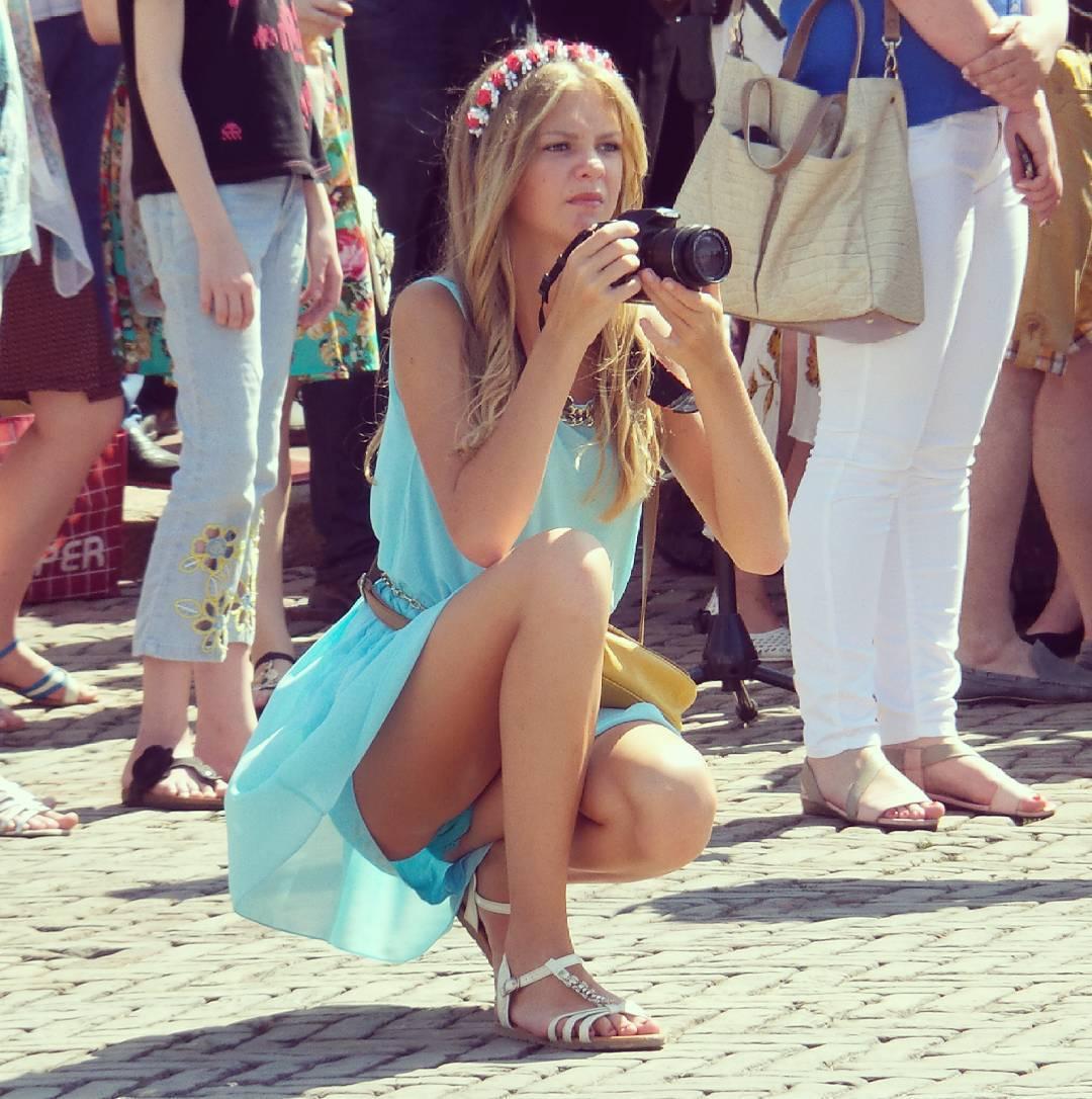 Девушка с фотоаппаратом засветила голубые трусики
