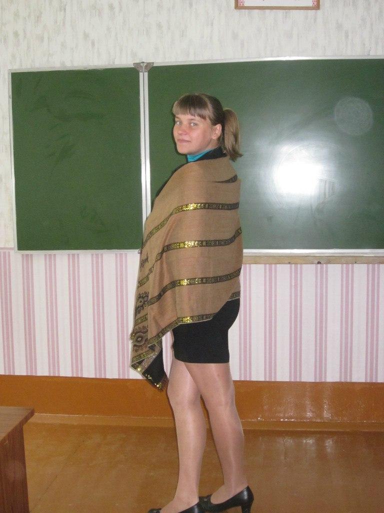 Девочка засветила в школе белые трусики под колготками