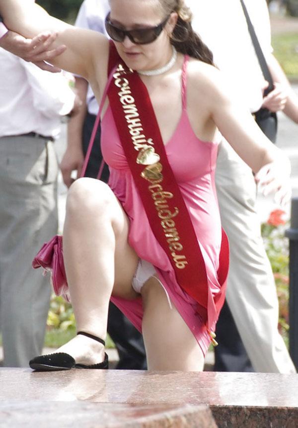 Свидетельница в розовом платье засветила трусики с тампоном