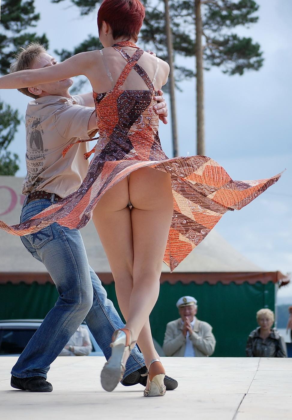 Девушка на танцплощадке засветила попку в белых стрингах