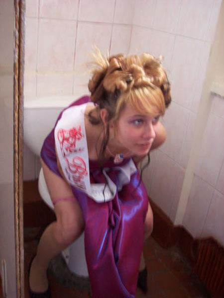 Выпускница писает в туалете в выпускном платье