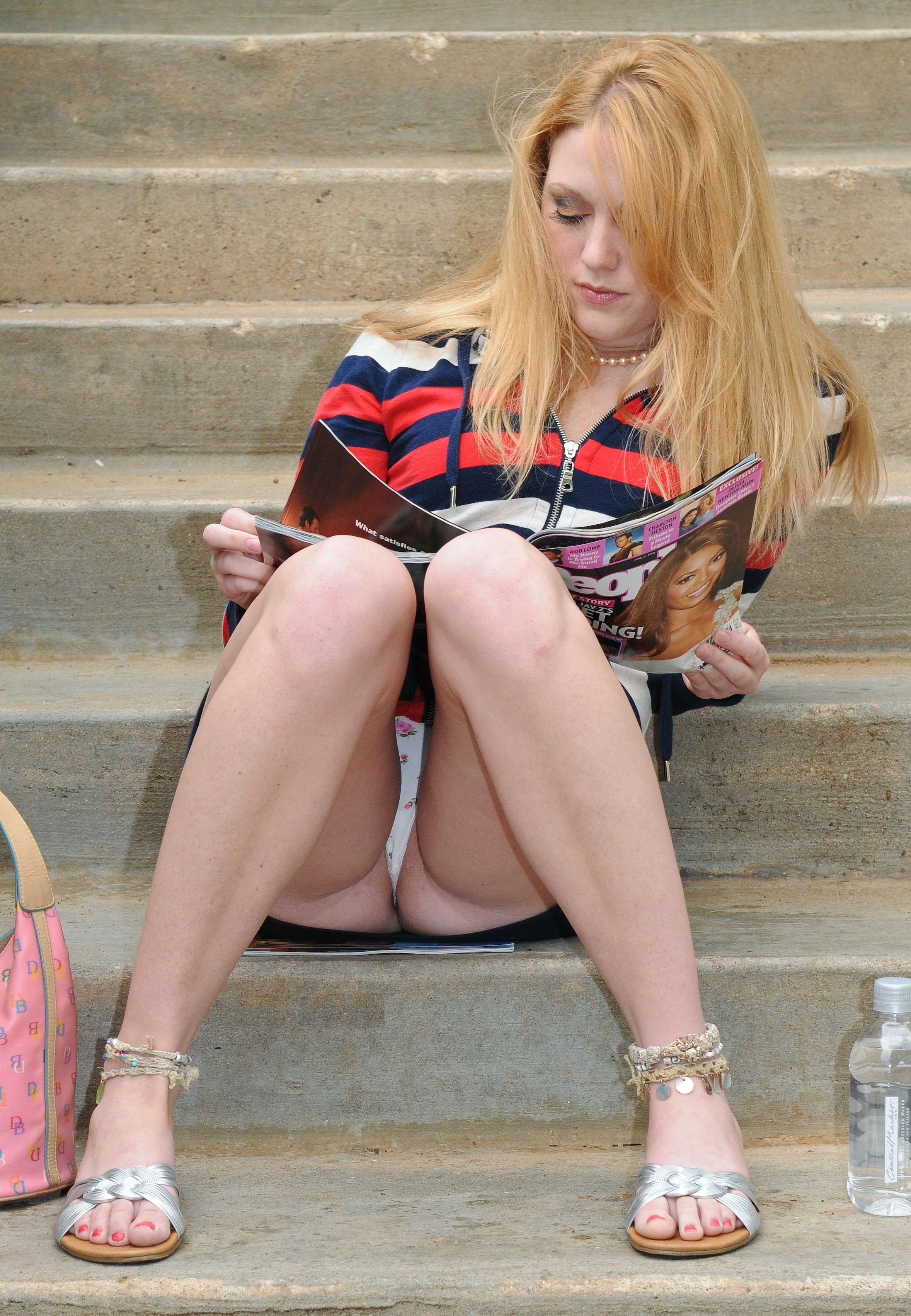 Блондинка в мини-юбке засветила белые трусики