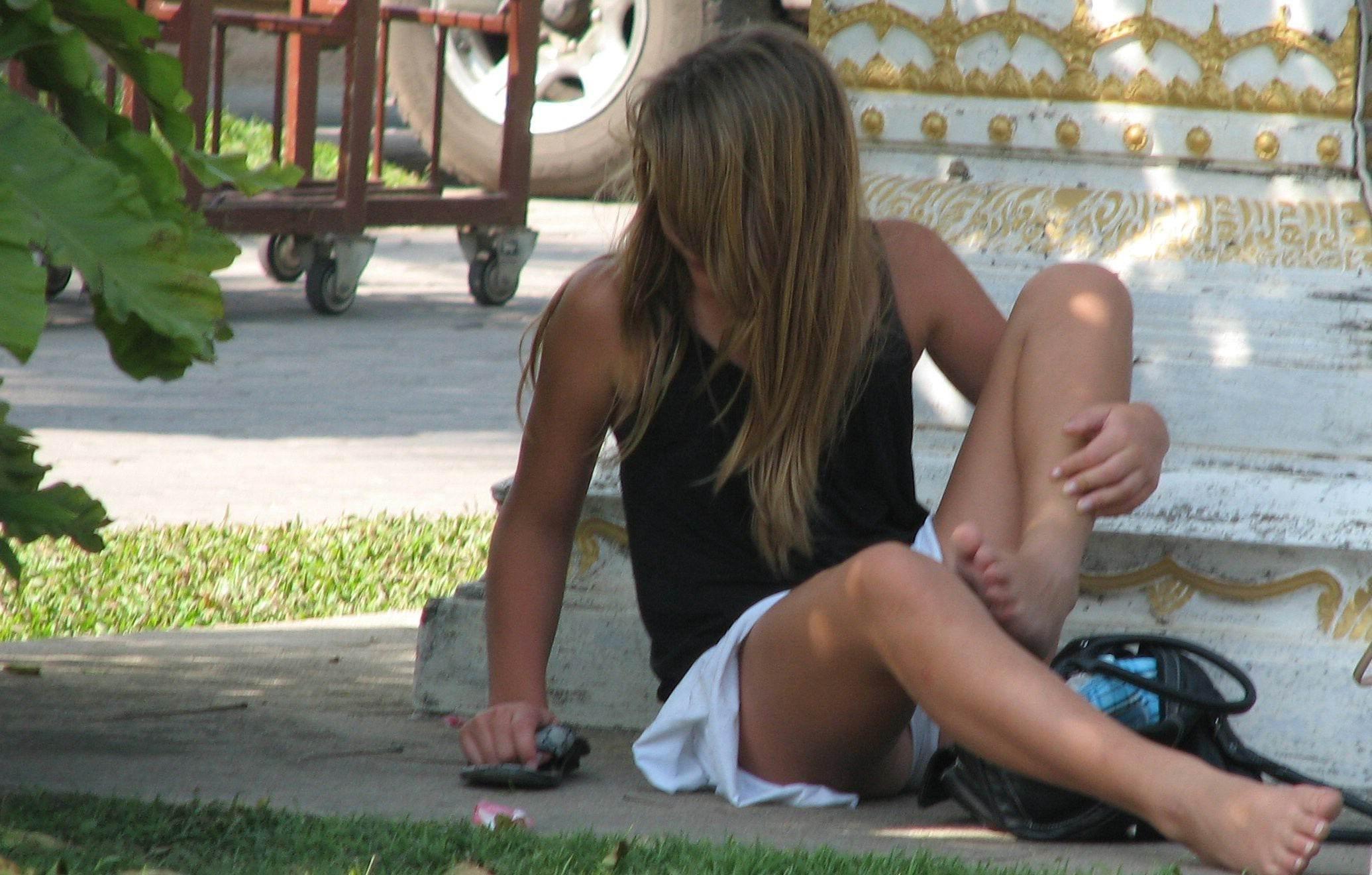 Девушка в короткой юбке засветила белые трусики