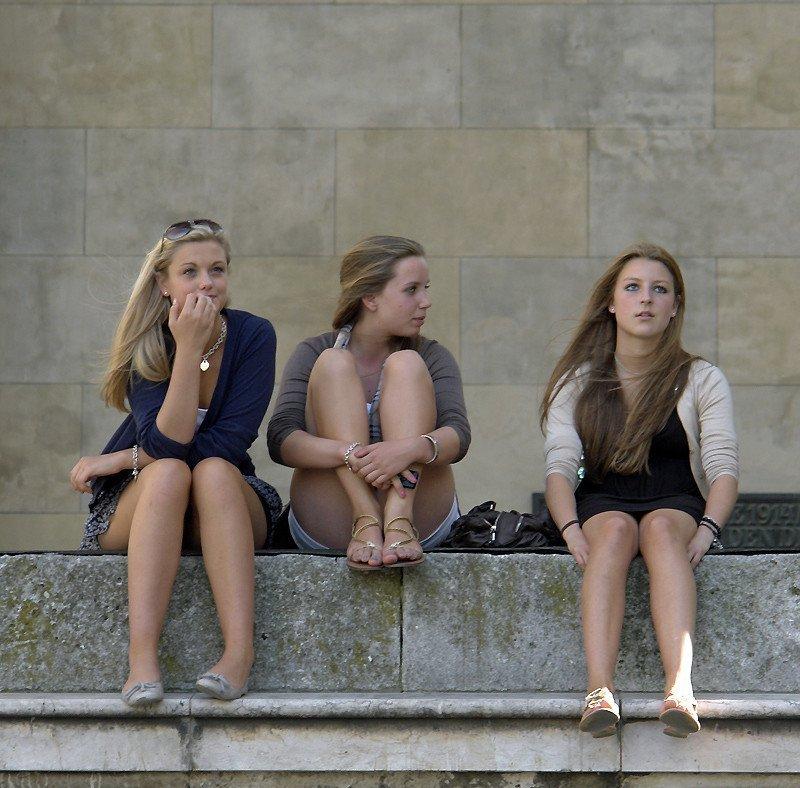 Три сексуальные девушки в мини-юбках присели отдохнуть