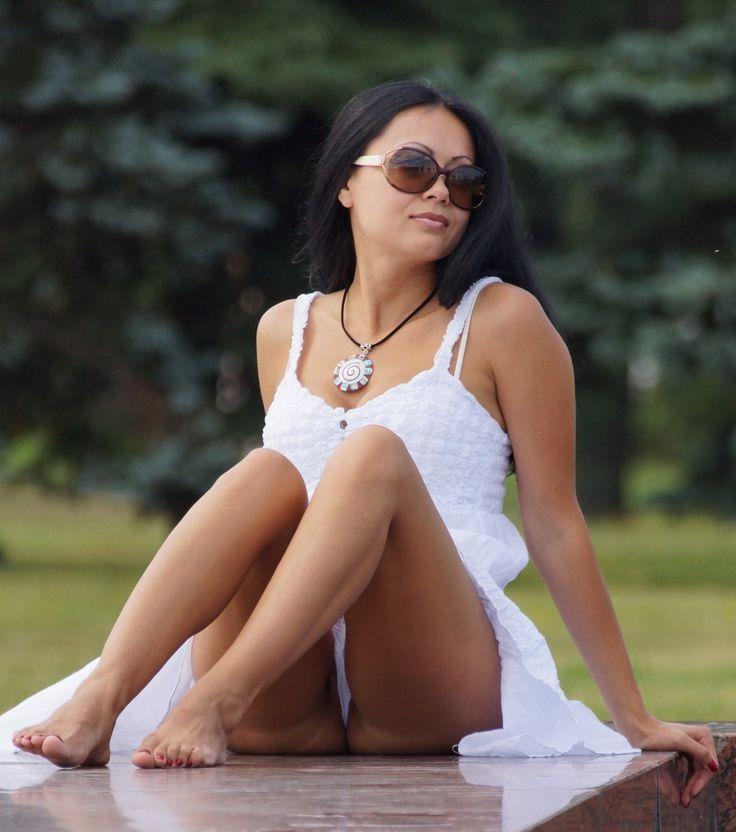 Брюнетка в белом платье засветила белые узкие трусики
