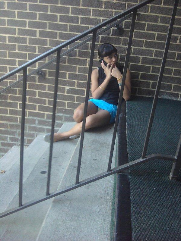 Юная девушка засветила голубые трусики сидя на лестнице