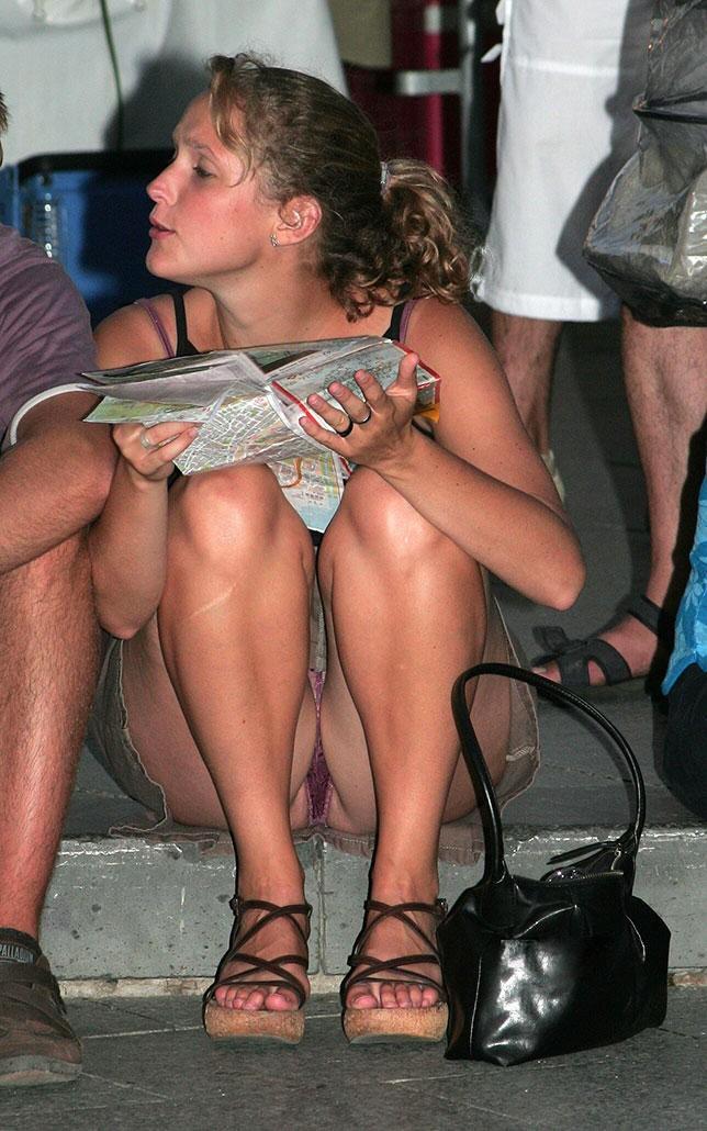 Девушка в мини-юбке засветила бордовые трусики