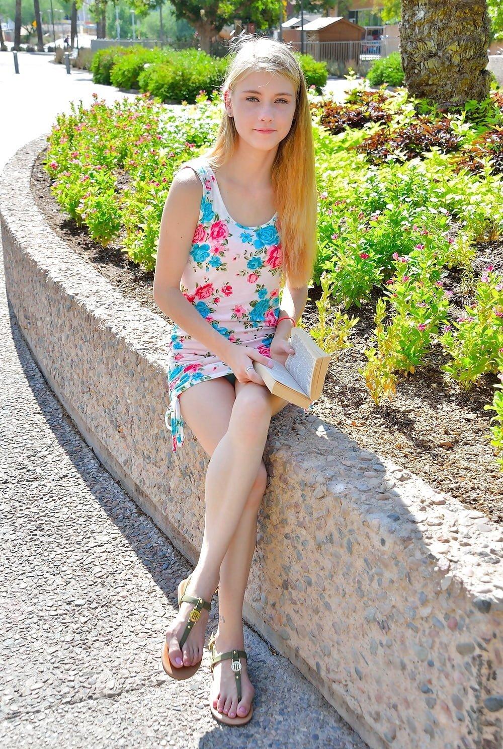 Блондинка засветила под платьем голубые трусики