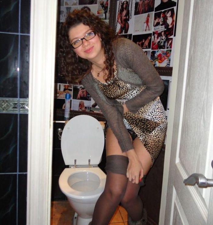 Сексуальная девушка засветила в туалете черные трусики