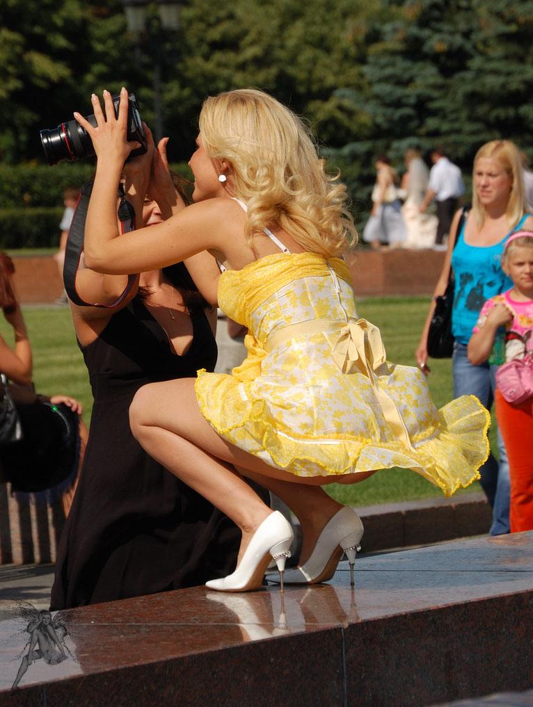 Сексуальная блондинка светит своей попкой