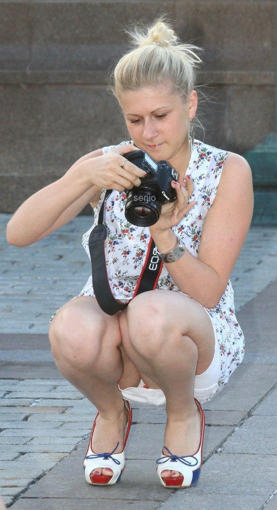 Девушка с фотоаппаратом засветила белые трусики