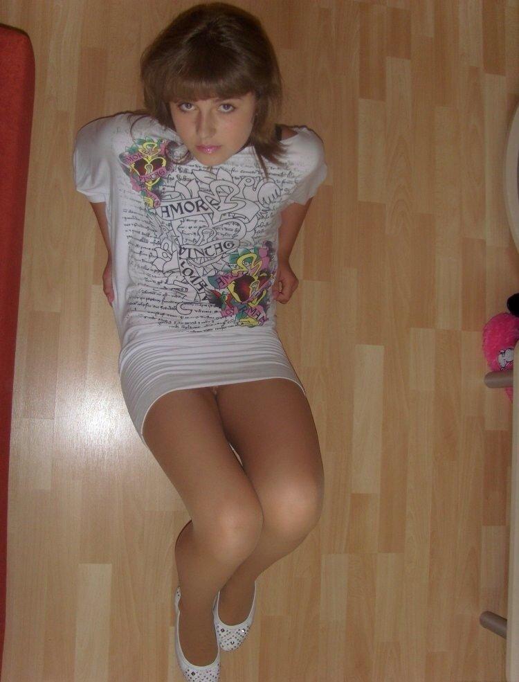 Девушка засветила под мини-платьем трусики с колготками