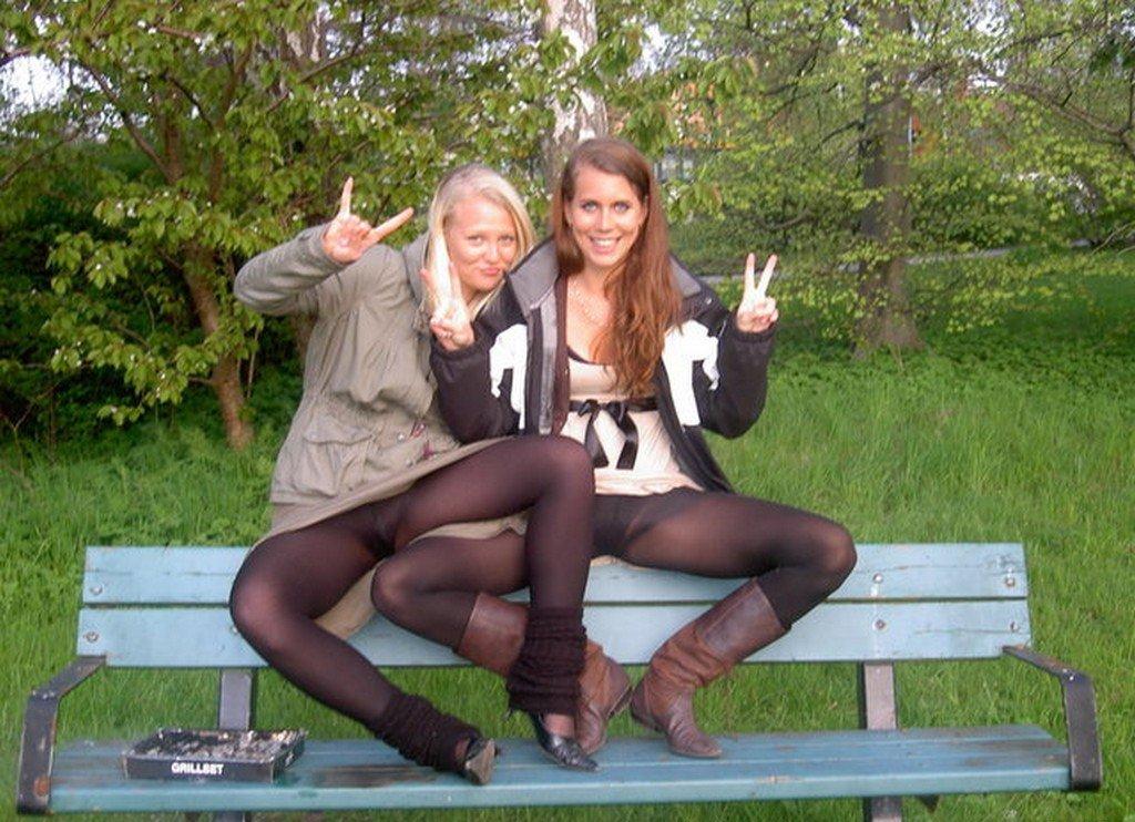 Две девушки в черных колготках раздвигают свои ножки