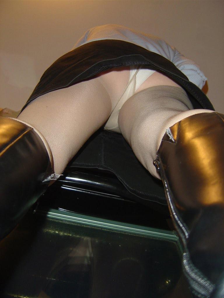 Девушка в колготках и мини-юбке засветила белые трусики