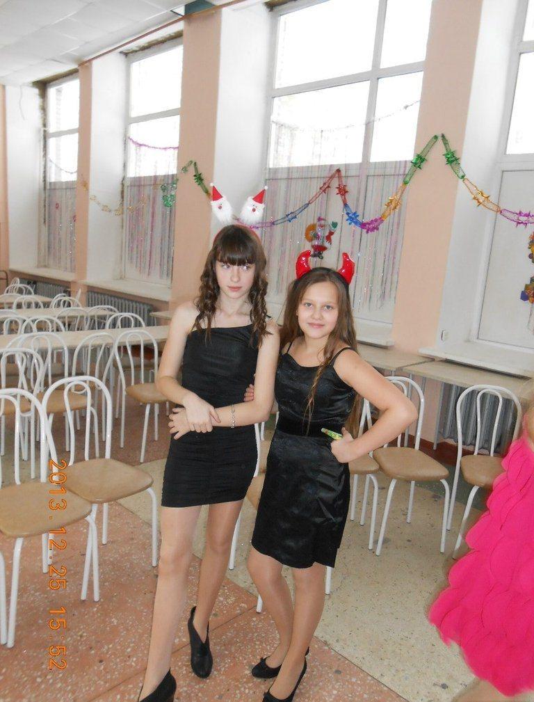 Школьница засветила колготки под черным платьем