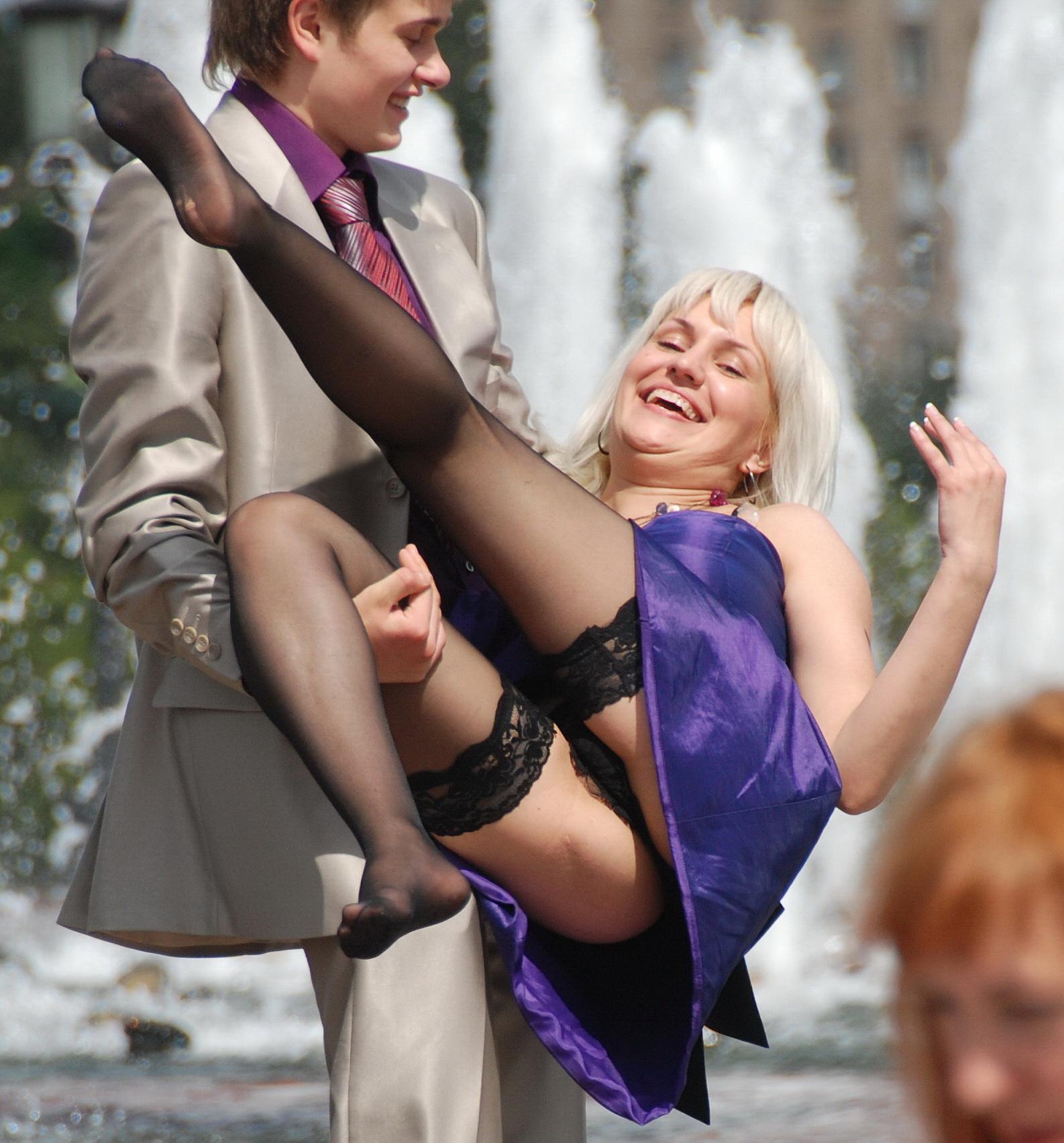 Блондинка в черных чулках засветила под юбкой кружевные трусики
