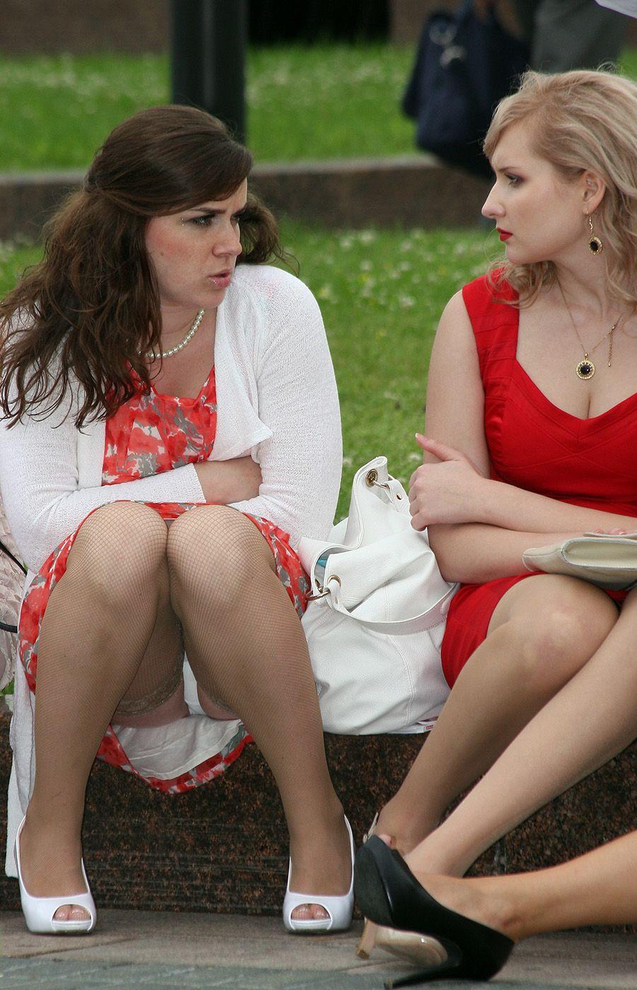 Девушка в красном платье и чулках засветила белые трусики