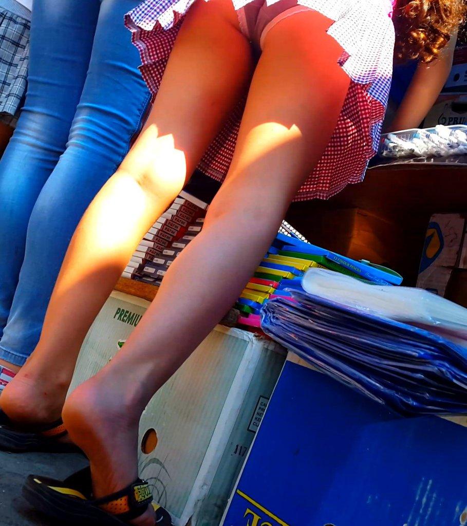 Трусики у девушки в клетчатом платье