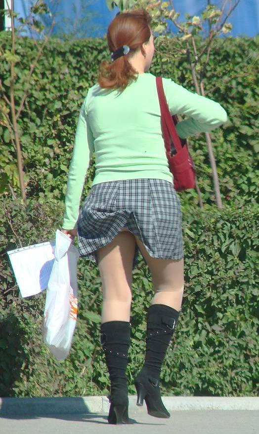 У женщины в сапожках случайно задралась короткая юбка