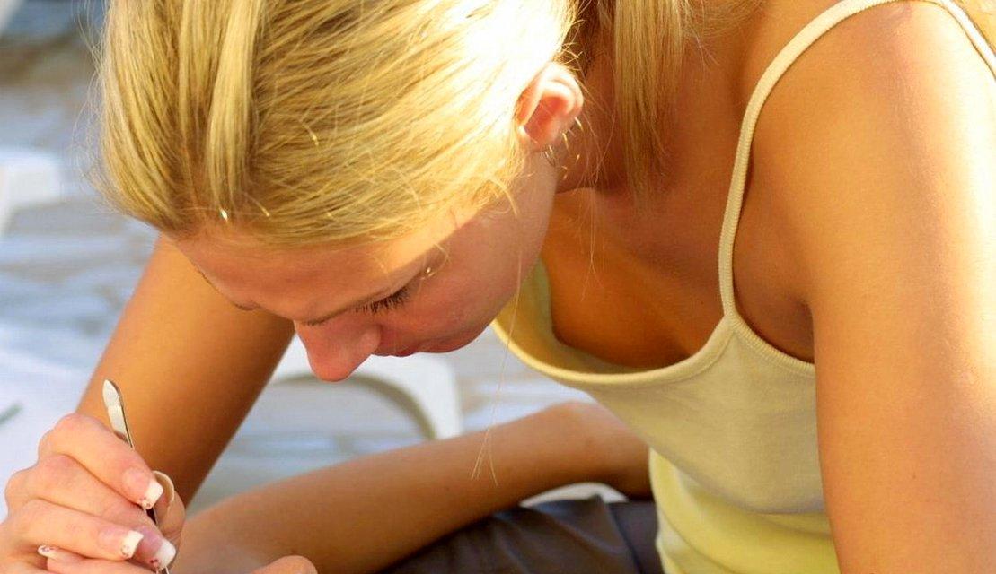 Блондинка в желтой майке засветила свою грудь