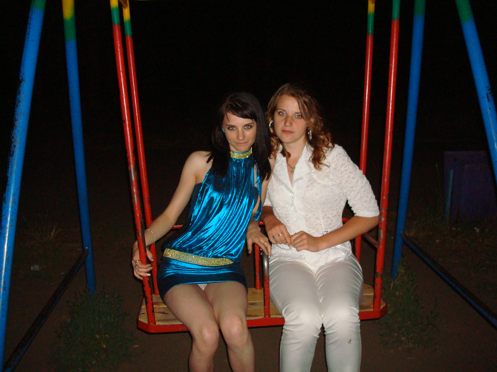 Брюнетка в синем платье засветила белоснежные трусики