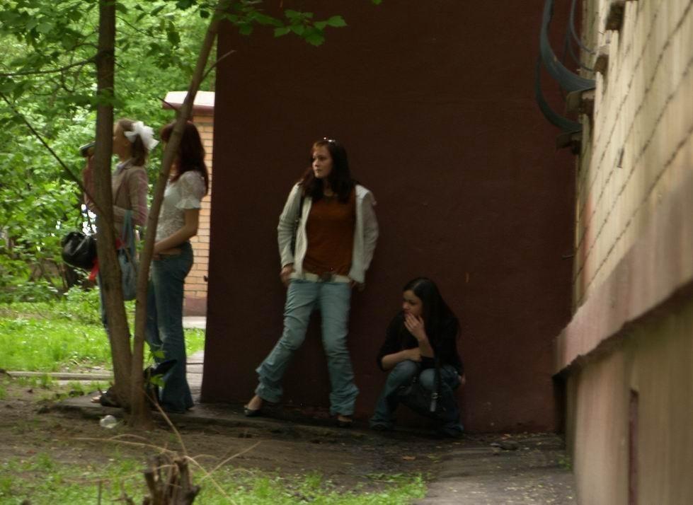 Фото девушки писают за школой фото 39-987