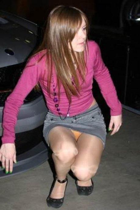 Девушка в колготках и мини-юбке засветила оранжевые трусики