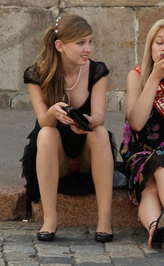 Выпускница засветила красные трусики под черным платьем