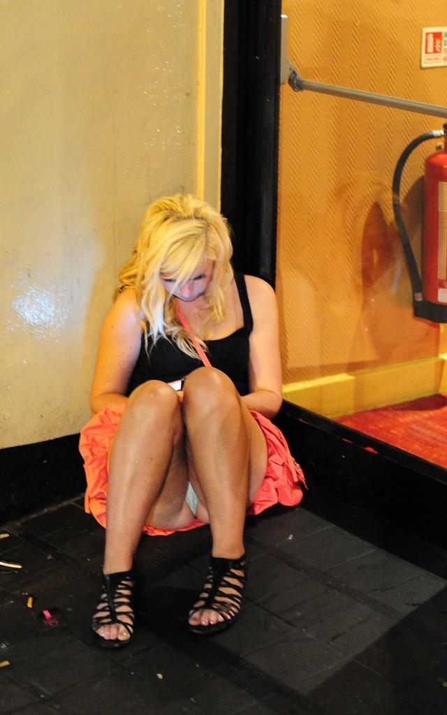 Блондинка в розовой мини-юбке засветила белые трусики