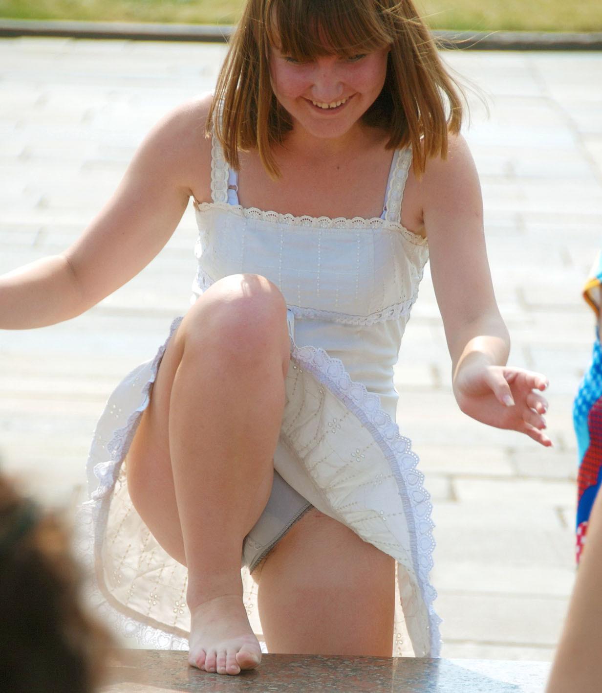 Девушка в легком белом платье засветила серые трусики