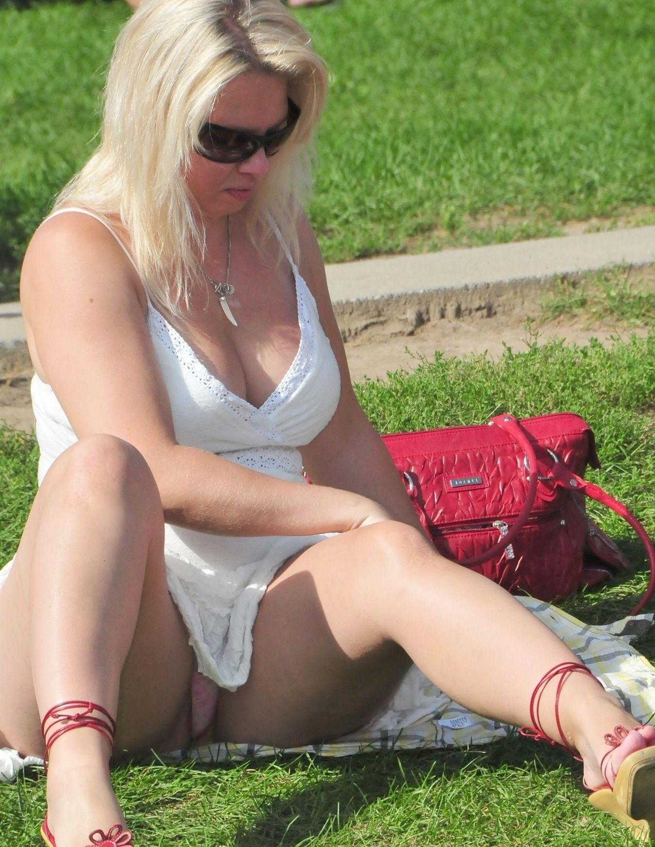 Блондинка в возрасте засветила трусики под белым платьем