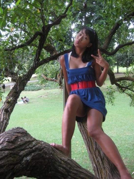 Азиатка в синем мини-платье засветила черные трусики
