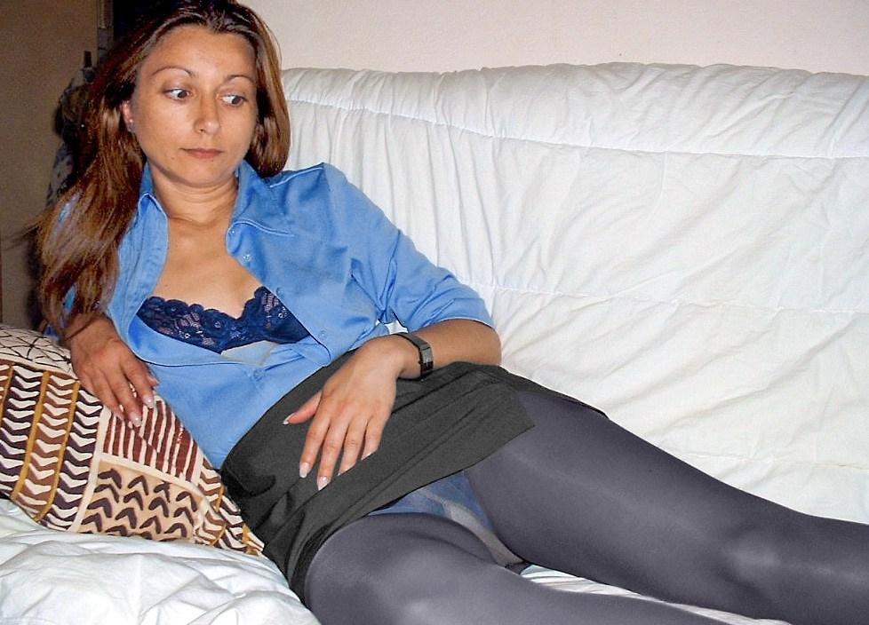 Девушка в мини-юбке засветила трусики под колготками