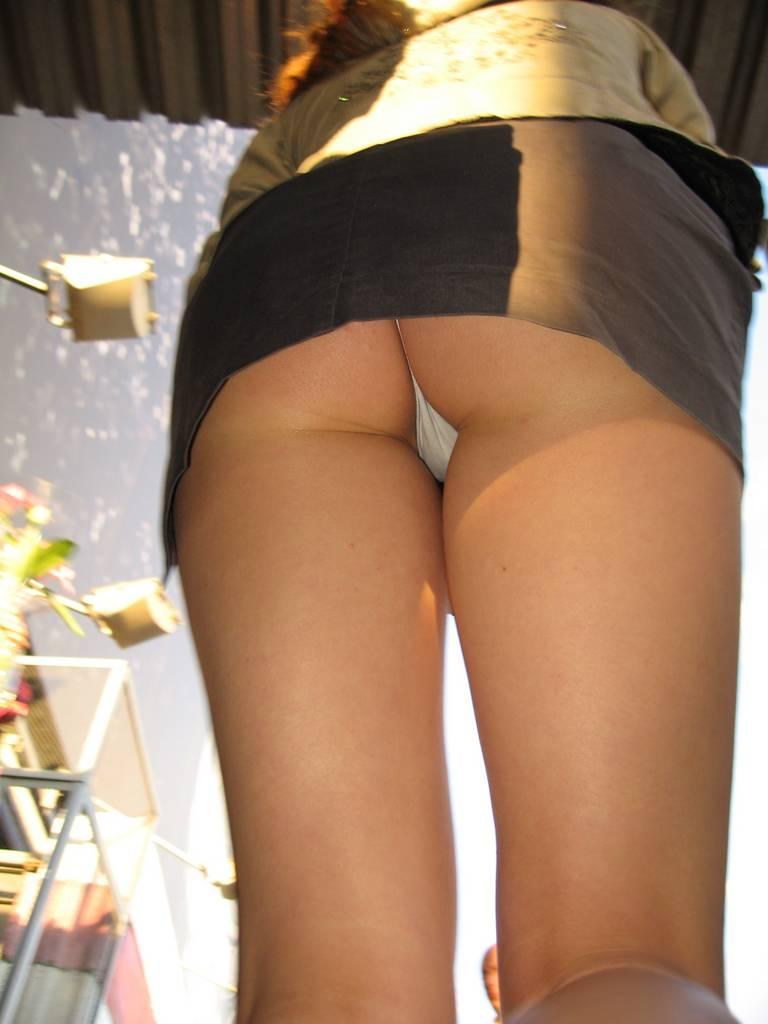 Девушке заглянули под юбку на лестнице