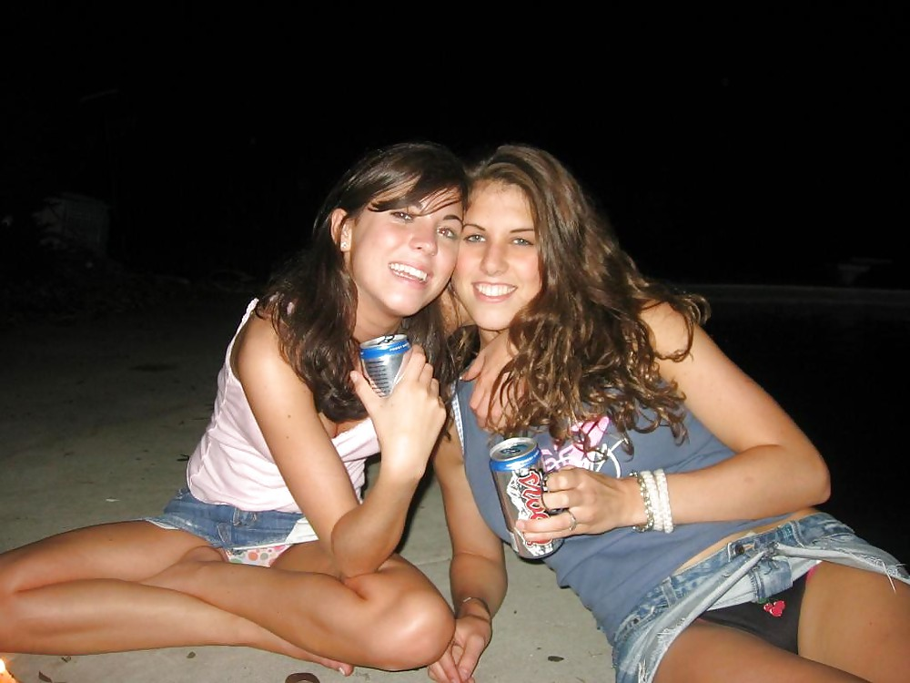 Две девушки в джинсовых мини-юбках светят трусиками