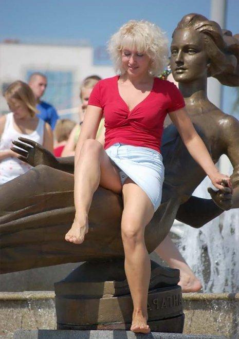 Блондинка в голубой мини-юбке засветила белые трусики