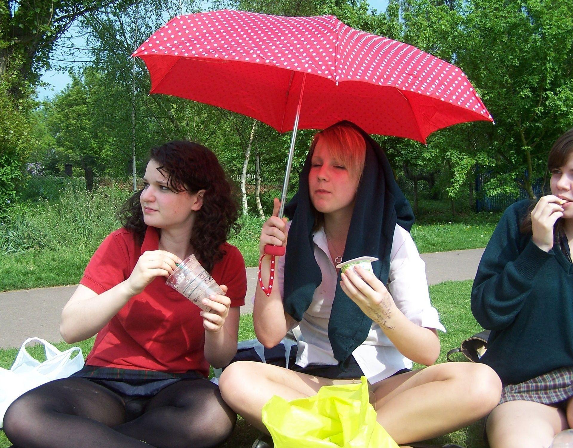 Три девушки в мини-юбках светят трусиками под колготками