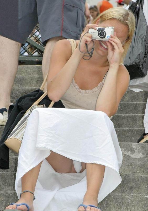 Блондинка в белой юбке засветила белоснежные трусики