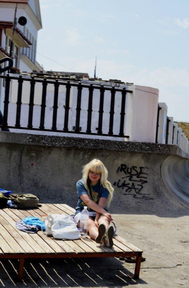 Блондинка засветила черные трусики