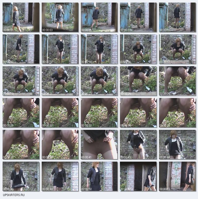 Девушка в черном мини-платье присела пописать во дворе