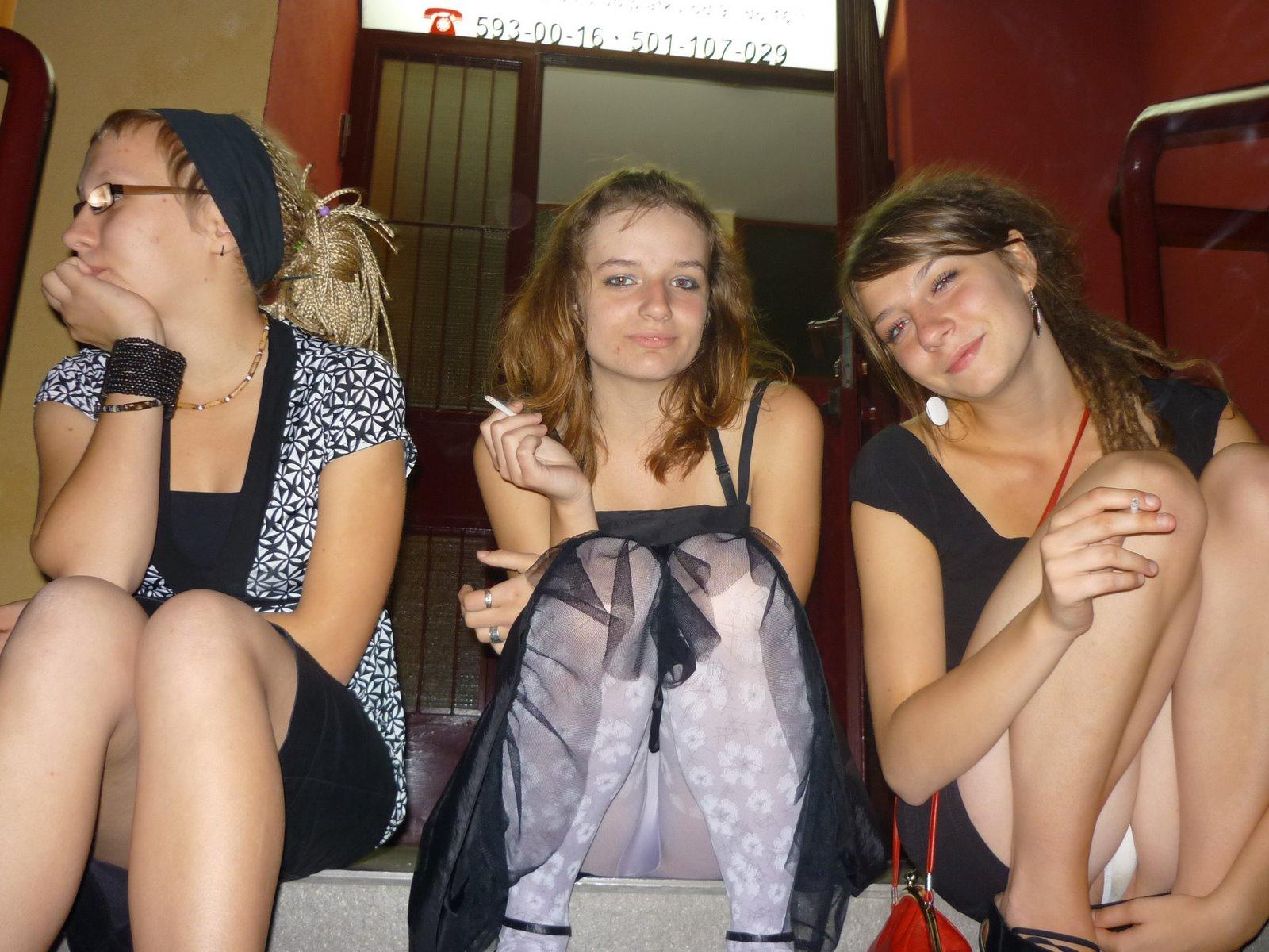 Три девушки в юбках светят трусиками на лестнице
