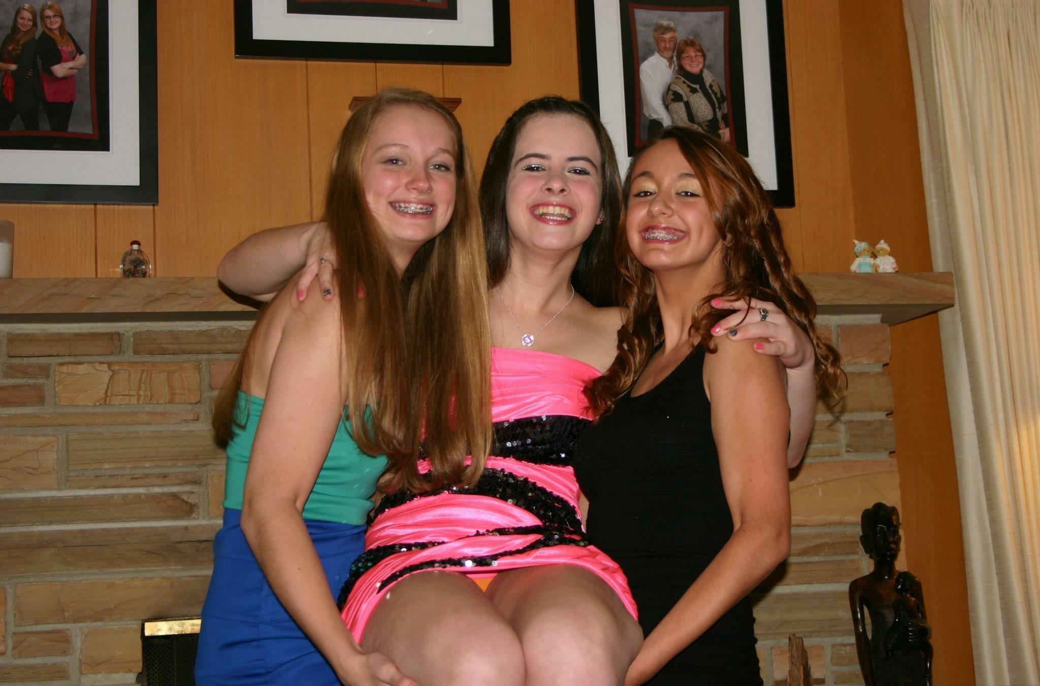 Две девушки в мини-платьях светят своими трусиками