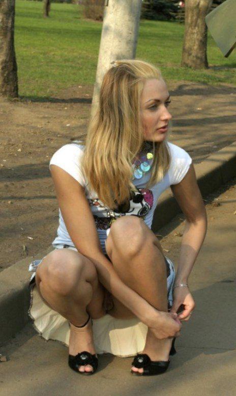 Блондинка в мини-юбке засветила бритую киску