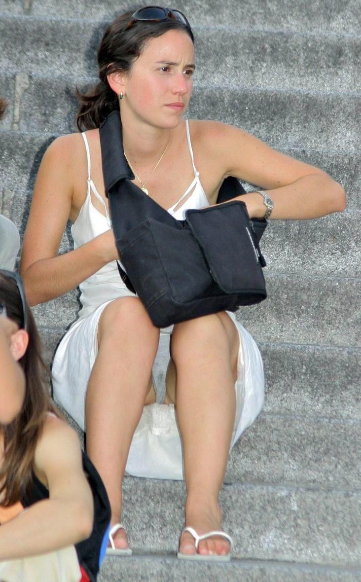 Девушка в белом платье засветила влажные серые трусики