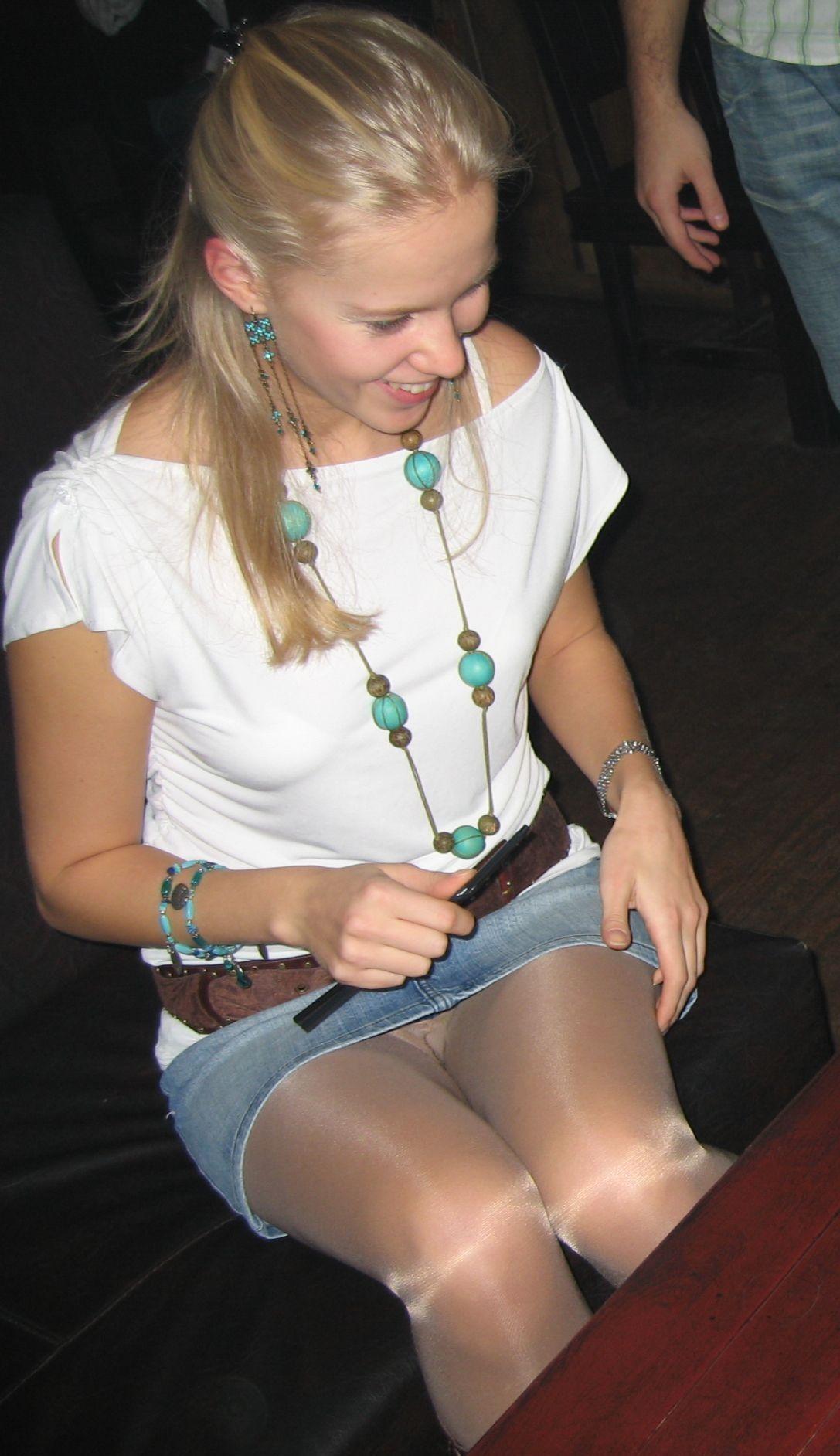 Блондинка в джинсовой мини-юбке засветила свои колготки