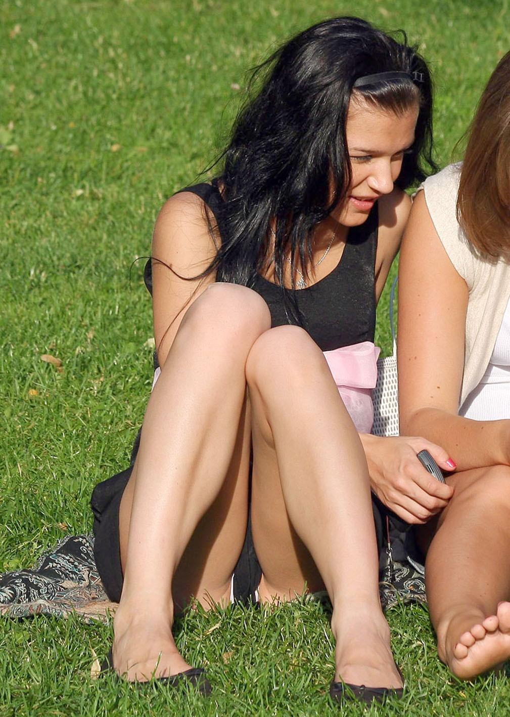 Сидячий апскирт девушек в парке фото 522-961