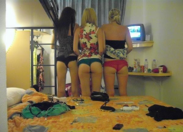 Три девушки в мини-платьях показывают свои попки